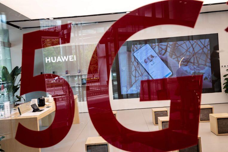 Een Huawei-winkel met prominent een 5G-sticker op het raam. Beeld AFP