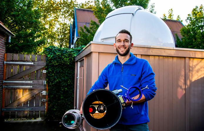 Schoonhovense astronoom Corné Hoogendoorn heeft een lezing georganiseerd om meer leden naar zijn  sterrenwachtvereniging te trekken.