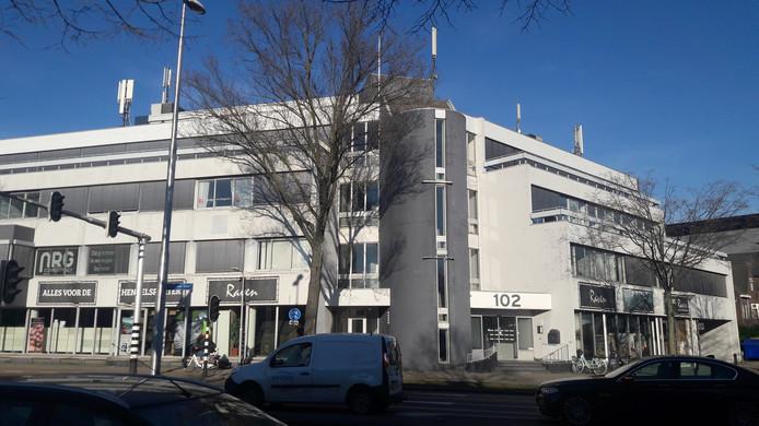 Het kantoorpand aan de Ringbaan Oost waar na verbouwing maximaal 150 arbeidsmigranten logies zouden kunnen krijgen.