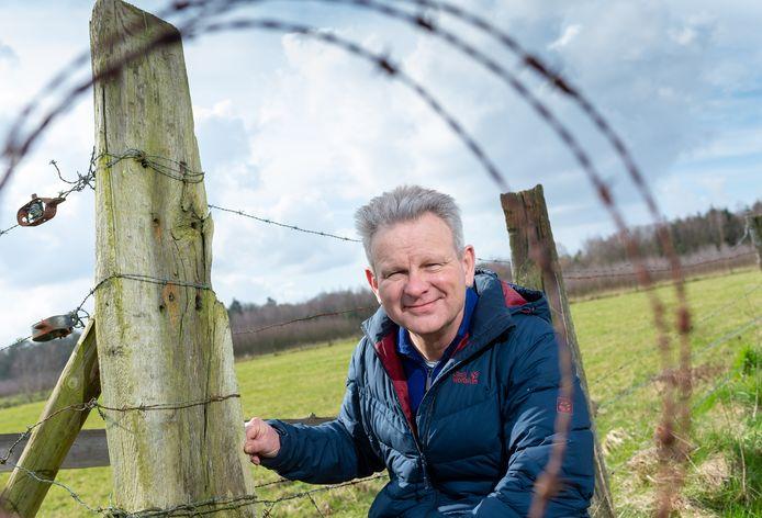 Bioloog Diederik van Liere bij een weiland in Emst. ,,De Noord-Veluwse wolvin is berucht en laat zich echt niet tegenhouden door een hekje.''