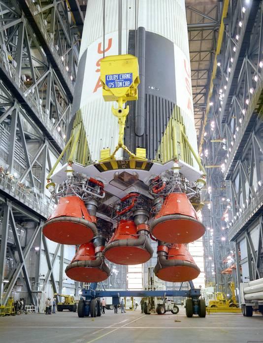 Op 21 december 1969 wordt op Kennedy Space Center in Florida de Saturnus V-raket klaargemaakt voor de Apollo 8-missie.