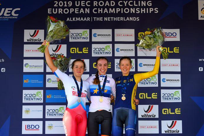 Shirin van Anrooij (midden) werd in Alkmaar al Europees kampioene tijdrijden bij de junior-vrouwen.
