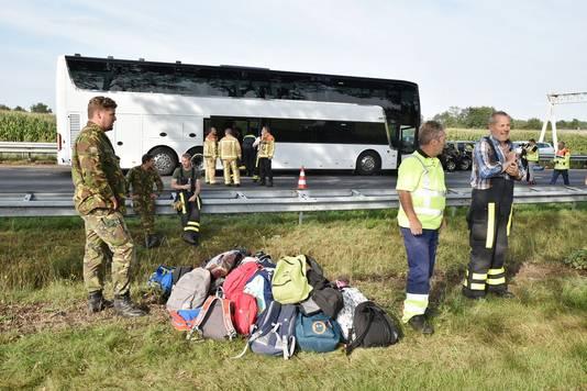 Na het ongeluk zijn de kindertassen uit de bus gehaald.
