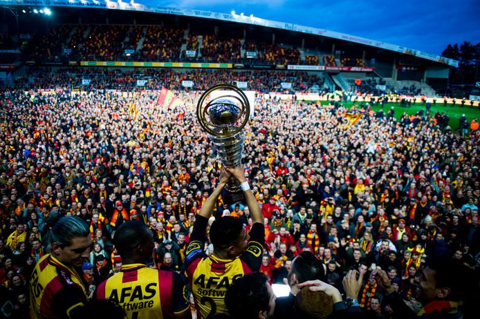 KV Mechelen toont de kampioensbokaal nadat promotie is afgedwongen.