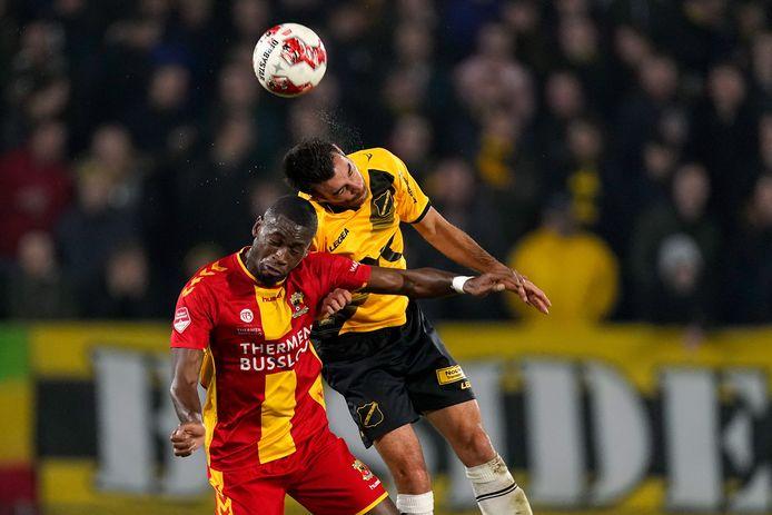 Maecky Fred Ngombo namens Go Ahead Eagle in duel met Roger Riera van NAC Breda