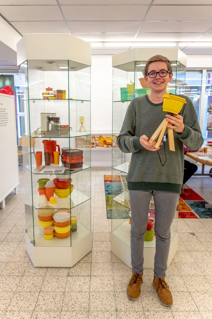 Teun Gijsel (16) verzamelt Tupperware. Hij maakt er onder meer lampen van. Een deel van zijn verzameling is te zien in de bibliotheek van Hulst.