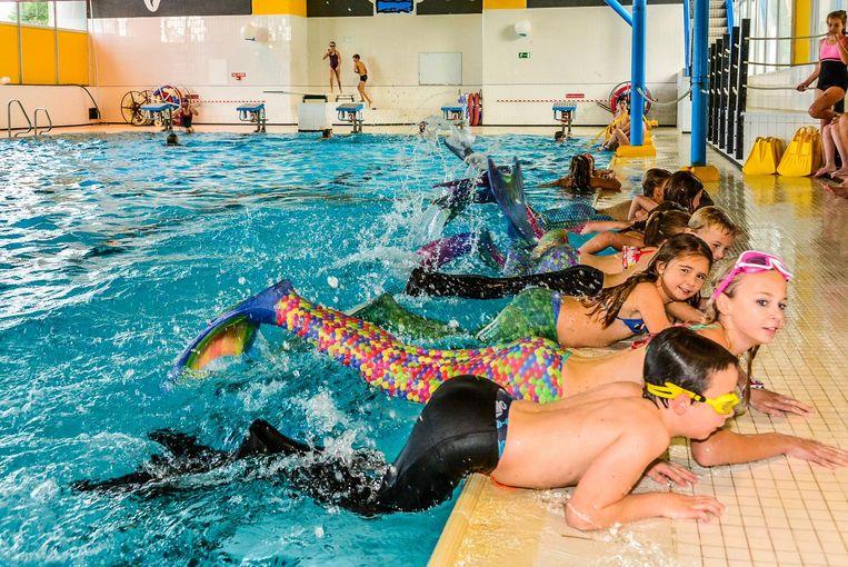 Zwemmen met een staartvin vergt enige oefening. De zeemeerminnen en -mannen krijgen eerst een zwemles...