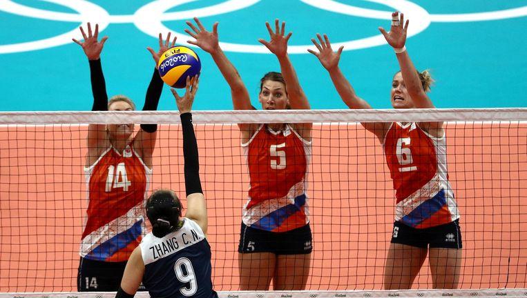 Laura Dijkema, Robin de Kruijf en Maret Balkestein-Grothues in de volleybalwedstrijd tegen China. Beeld null