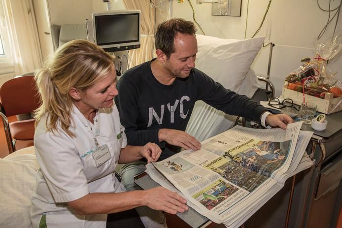 Phillip Noten leest het ED met logopediste Nicolette van den Broek.