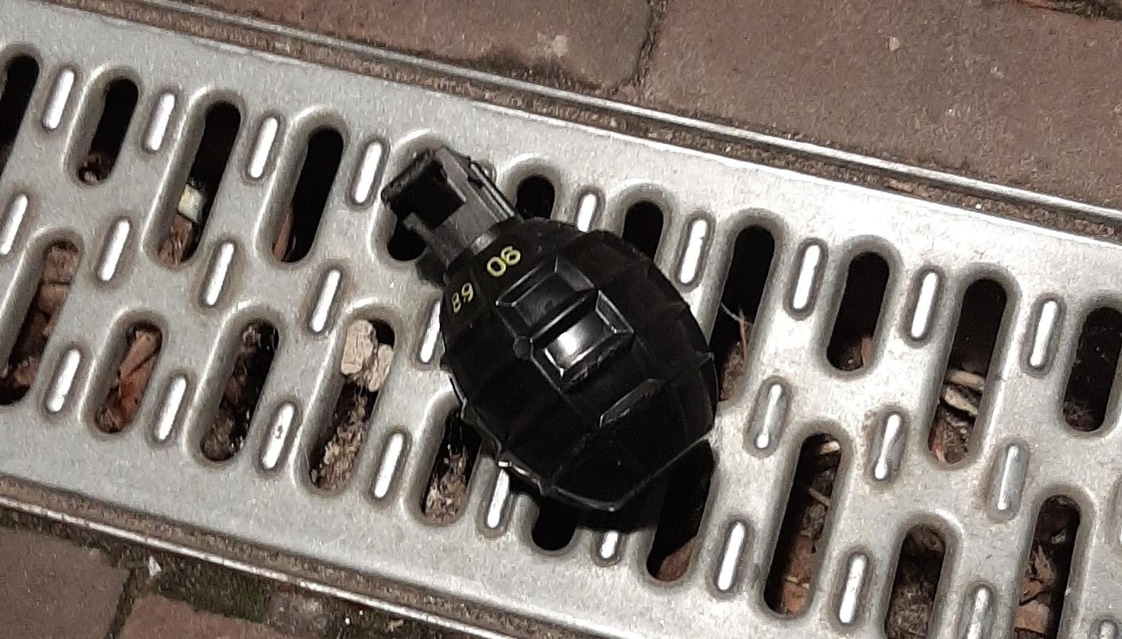 De granaat die maandag bij het appartementencomplex aan het Gasthuisplein in Kerkdriel lag.