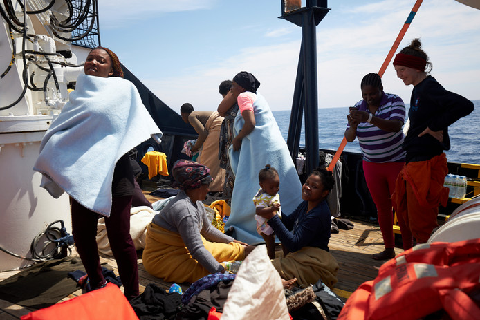 Migranten verblijven op de Sea-Watch.