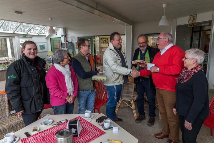 Ons Caffeej overhandigt het geld aan de Kinderboerderij Uden.