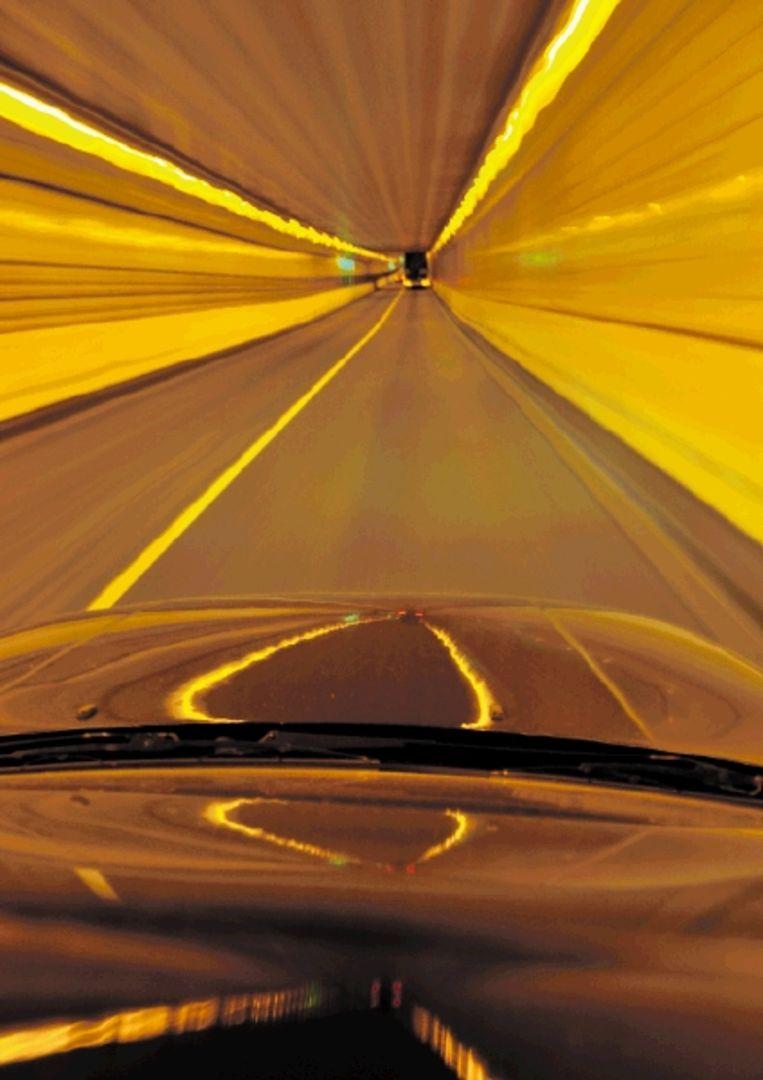 De autotunnel was verboden terrein voor de fotografe, tot ze zelf in een wagen stapte. (FOTO MARGA VAN DEN MEYDENBERG) Beeld