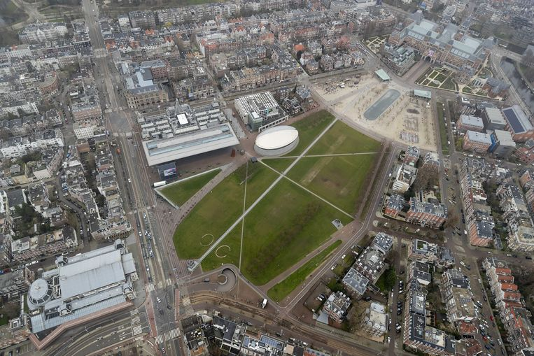 Luchtfoto van een vrijwel leeg Museumplein in Amsterdam. De hoofdstad is stilgevallen door de coronacrisis.  Beeld ANP