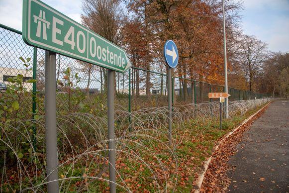 Archiefbeeld : De parking langs de E40 in Wetteren werd reeds extra beveiligd met scheermesprikkeldraad om transmigranten buiten te houden.