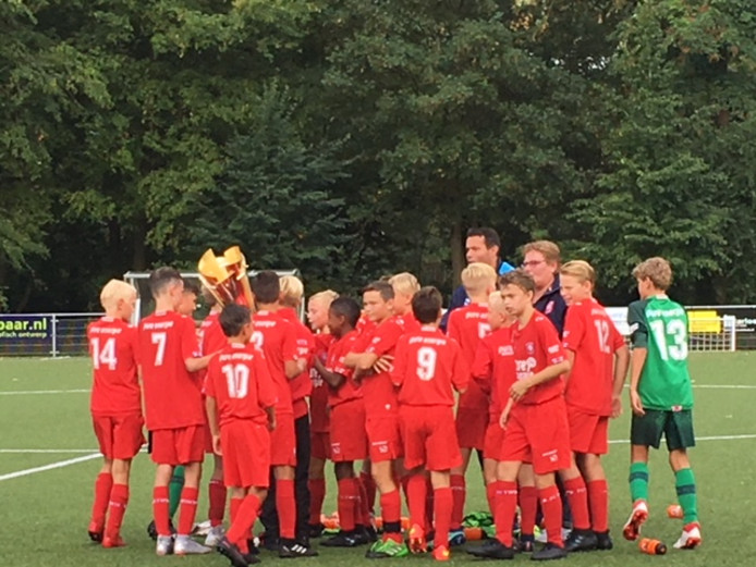 FC Twente viert de winst in de Deventer Youth Cup.