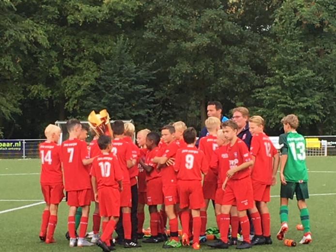 FC Twente viert de winst in de Deventer Youth Cup.