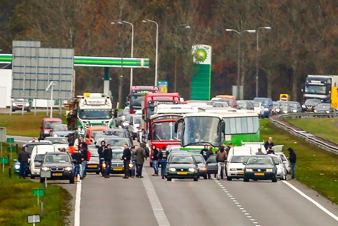 Twee bussen van de actiegroep Kick Out Zwarte Piet werden door tegendemonstranten tegengehouden op de A7 bij Joure.