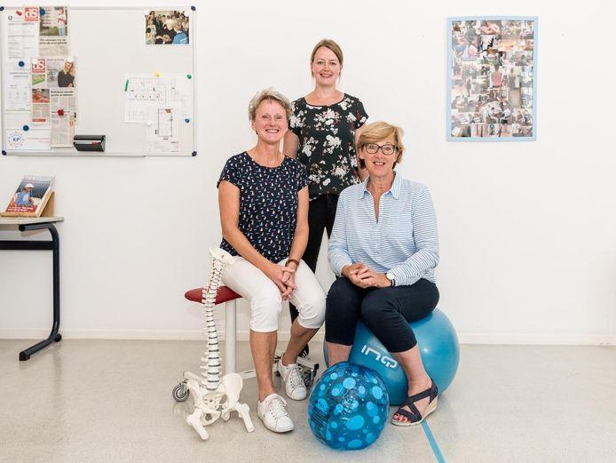 Oefentherapeuten Ynske Heddema, Willeke van Dijkhuizen en Hilda Eikenaar (vanaf links) trekken gezamenlijk op in het nieuwe gezondheidscentrum.