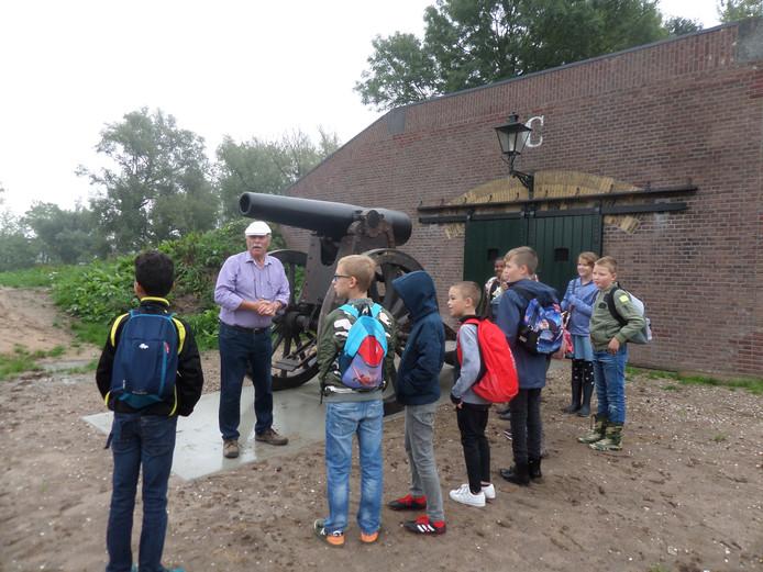 Kees van Maastrigt vertelt over het kanon dat staat op Fort Giessen.