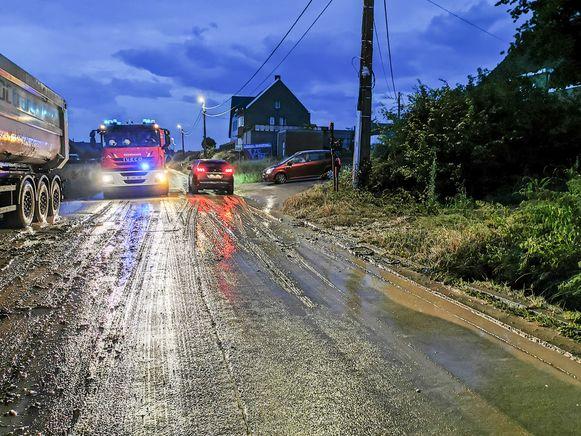 Aan de Meierij in Michelbeke kwam een massa modder van de velden op de rijweg terecht.