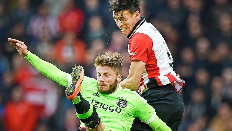 Hector Moreno (PSV) is sterker in de lucht dan Lasse Schöne. Beeld null