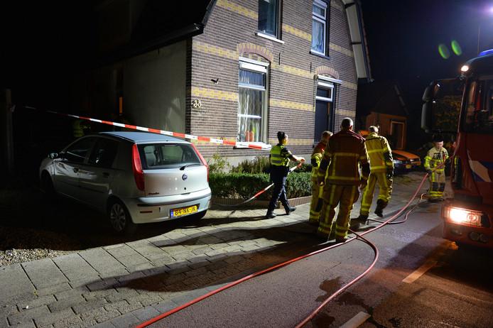 Politie zet met lint het gebied rond het huis af.