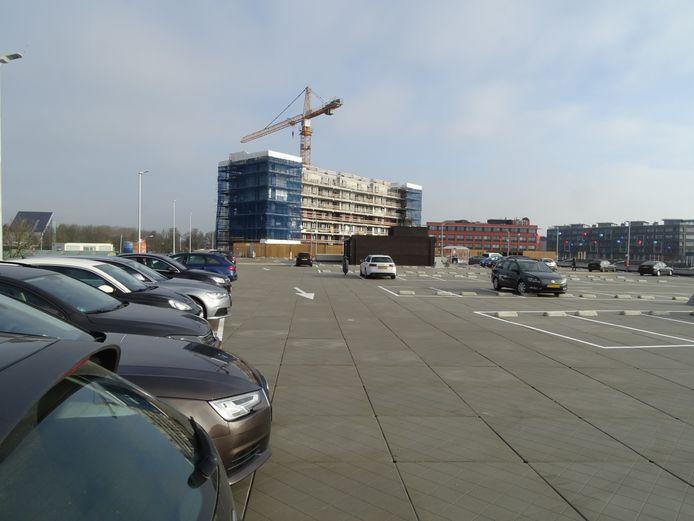 Parkeerdek nieuw winkelcentrum Terneuzen met op de achtergrond appartementencomplex De Sluiswachter in aanbouw.