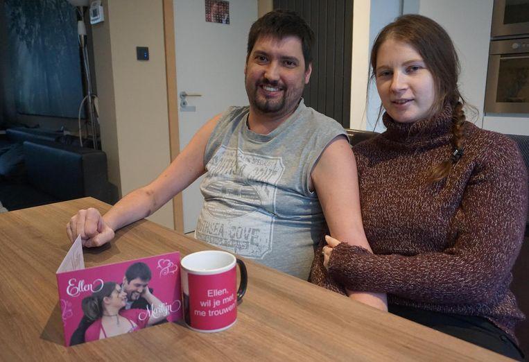 Martijn Verhaeghe en Ellen Haesaert met een uitnodiging voor het huwelijksfeest en de koffiemok waarmee hij haar ten huwelijk vroeg.