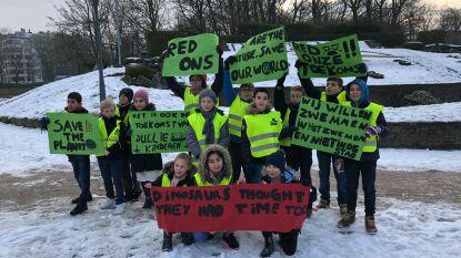 """VIDEO: """"Als de kleine kinderen in Brussel het niet doen, moeten wij het doen"""": Oostendse jeugd houdt klimaatmars in eigen stad"""