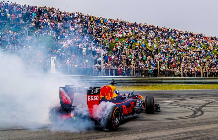 2018-05-20 14:27:50 ZANDVOORT - Max Verstappen tijdens driftdemo bij de Jumbo Familie Racedagen op het Circuit Park Zandvoort. ANP ROBIN UTRECHT