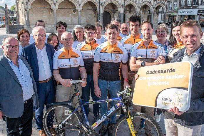 De 8 teamleden uit Oudenaarde (in wielerkledij) fietsen voor Kom op Tegen Kanker van Mechelen naar Antwerpen, Zedegem, Diest en Oudenaarde.