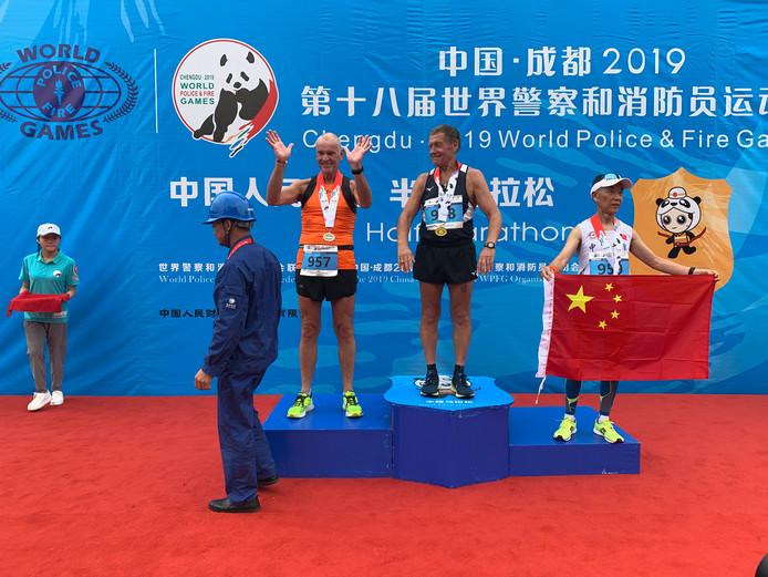 Het erepodium. Vladimir Krist uit Rusland ging er met het goud vandoor. Gerard Bakx werd tweede en Wanzhong Liu pakte brons.