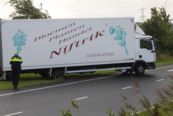 De vrachtwagen kwam in de berm op de Oostranddreef in Lelystad.