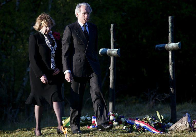 Burgemeester Jozias van Aartsen van Den Haag en zijn vrouw leggen bloemen bij het monument tijdens de dodenherdenking op de Waalsdorpervlakte. Beeld anp