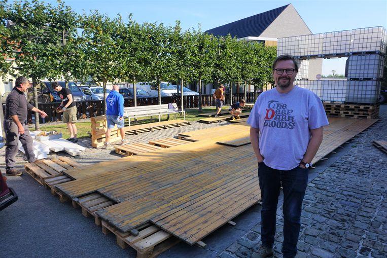 De opbouw van de 43ste editie van Leffingeleuren is in volle gang. Johan Vynck van De Zwerver overschouwt de vrijwillige troepen bij de aanleg van de dansvloer.