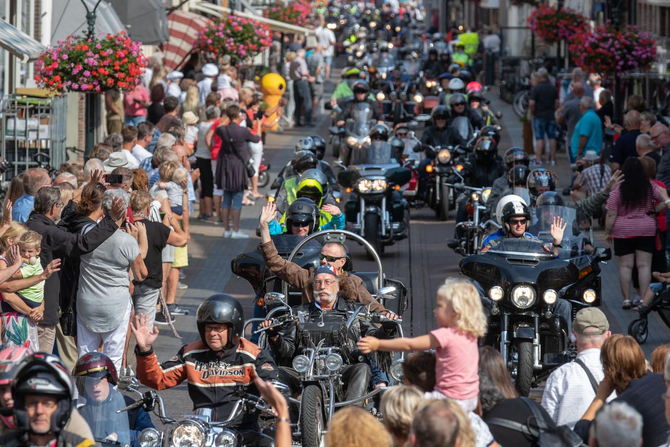 22e editie van de 'Mooiste Dag' van stichting LiveLife. Honderden motoren met verstandelijk gehandicapten gaan hier over de Oudestraat waar ze enthousiast werden uitgezwaaid.