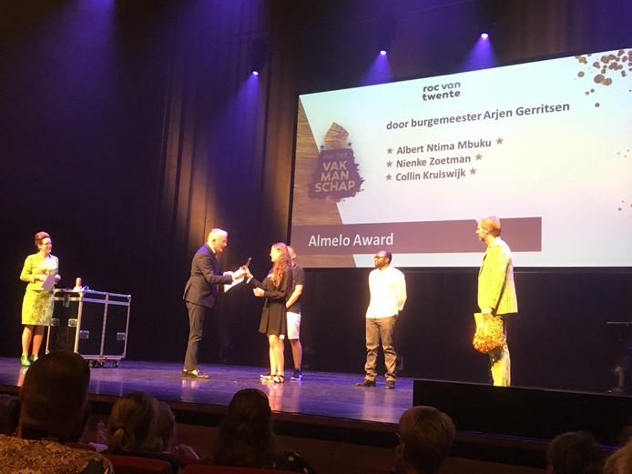 Burgemeester Arjen Gerritsen reikt een van de awards uit aan Nienke Zoetman