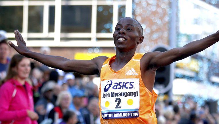 Atleet Edwin Kiptoo gaat als eerste over de finish. Beeld ANP