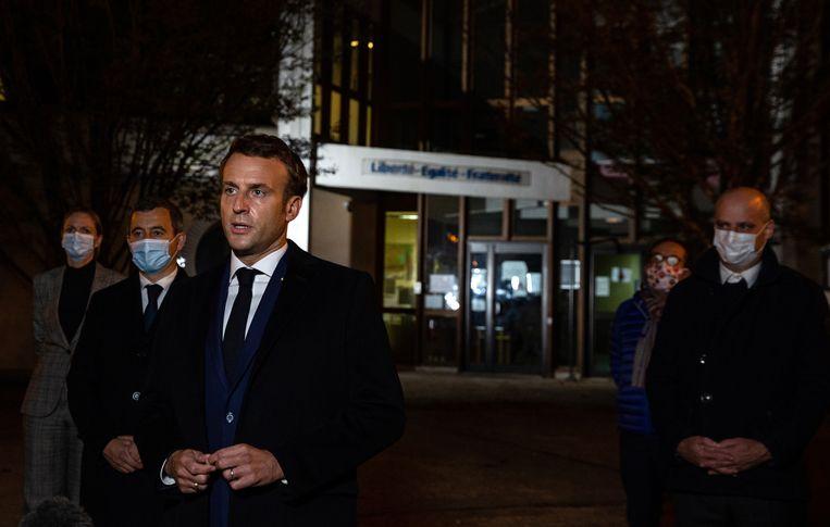 De Franse president Emmanuel Macron spreekt de pers toe. Beeld EPA