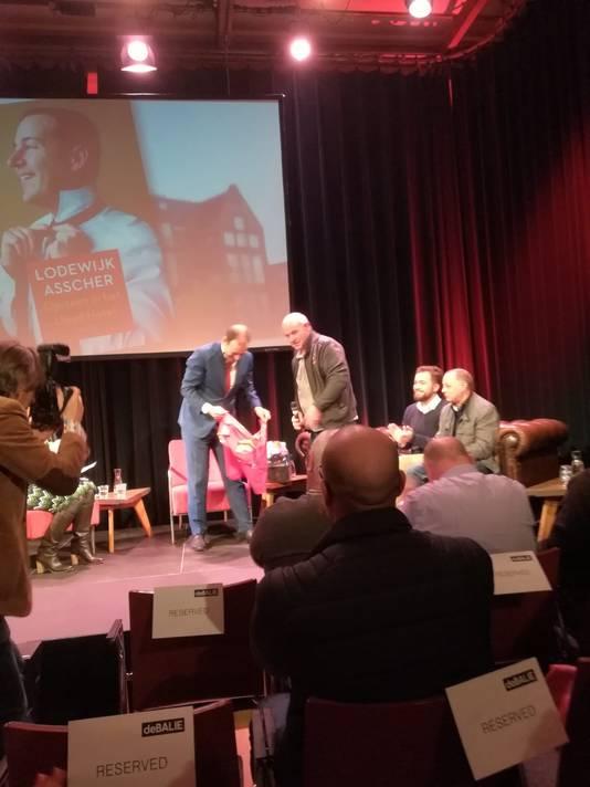 Lodewijk Asscher krijgt een shirt van Go Ahead Eagles uit handen van één van de Deventer Overlevers.