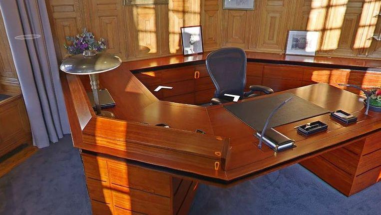 Het bureau van premier Rutte in het Torentje. Beeld null