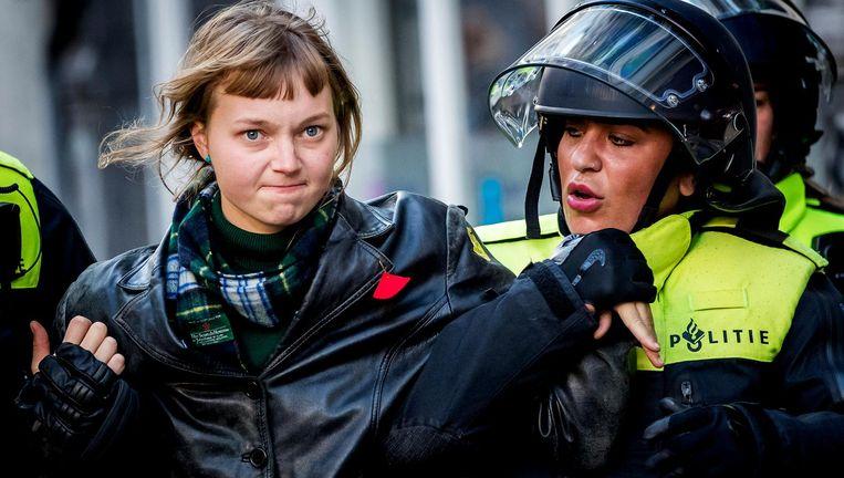 De politie treedt op bij het P.C. Hoofthuis waar een groep studenten het gebouw van de Universiteit van Amsterdam (UvA), bezet heeft. Ze voeren actie tegen bezuinigingen van het kabinet en uitholling van het onderwijs. Beeld anp