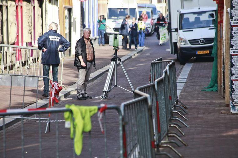 Bij de Zandstraat zijn vanochtend twee ambulances geweest. Het gebied er om heen is ruim afgezet. De politie zou er geschoten hebben. Op straat liggen kledingsstukken. Beeld Maarten Brante