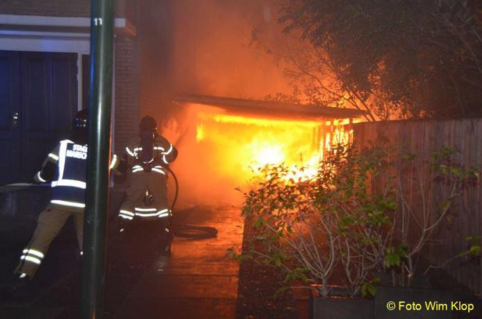 Een carport en schuur brandden vannacht af in Hardinveld.