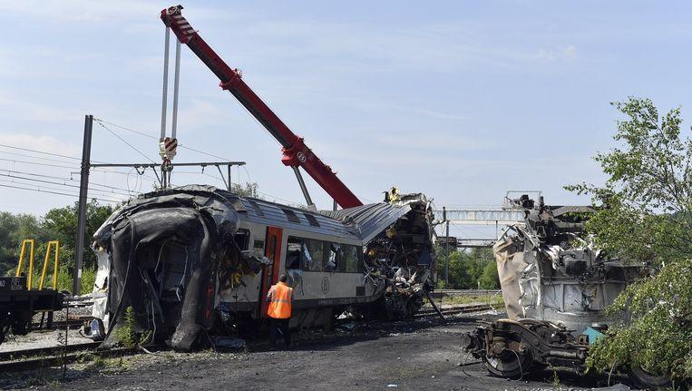 Wrakstukken van de gecrashte trein worden opgeruimd. Beeld belga