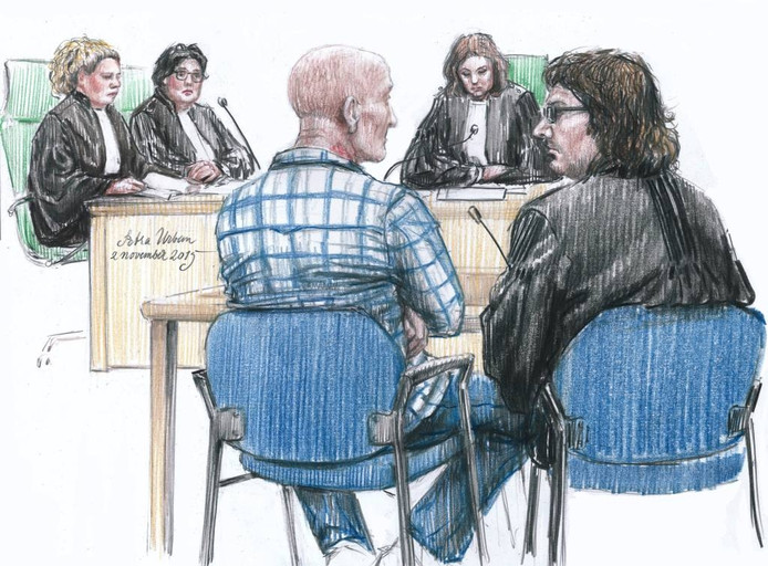vlnr. Officiers van Justitie Geertje van Roermund en Erna Vrijhoeven, de 48-jarige verdachte, voorzitter van de rechtbank Wielders en advocaat Job Knoester.