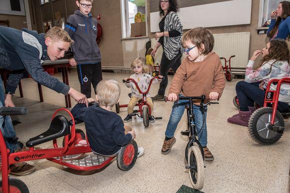 De kleintjes mochten met andere fietsen aan de slag.