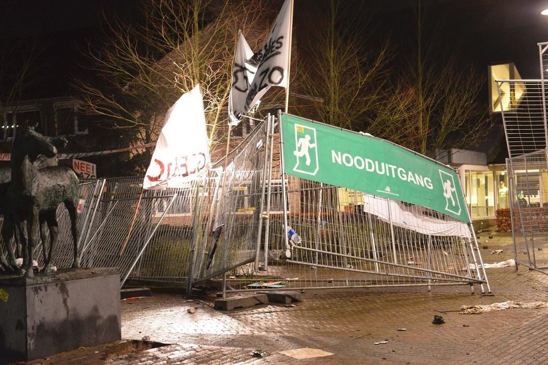 Het gesneuvelde hek voor het gemeentehuis in Geldermalsen.