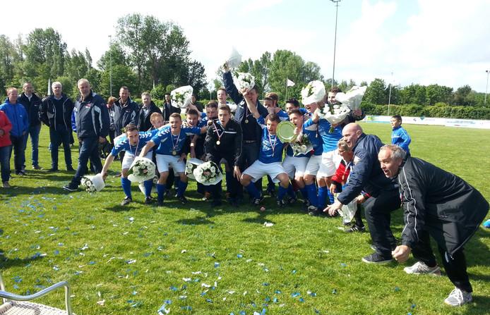 Vreugde bij de spelers van Serooskerke 1, dat kampioen is geworden van de derde klasse A.